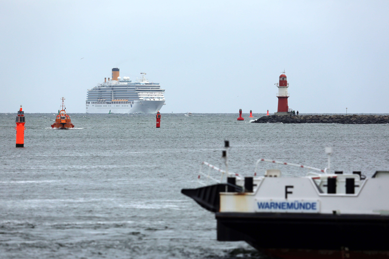 Die Costa Luminosa erreicht am Morgen des 13. Mai 2015 die Hafeneinfahrt von Rostock-Warnemünde. Foto: Ove Arscholl
