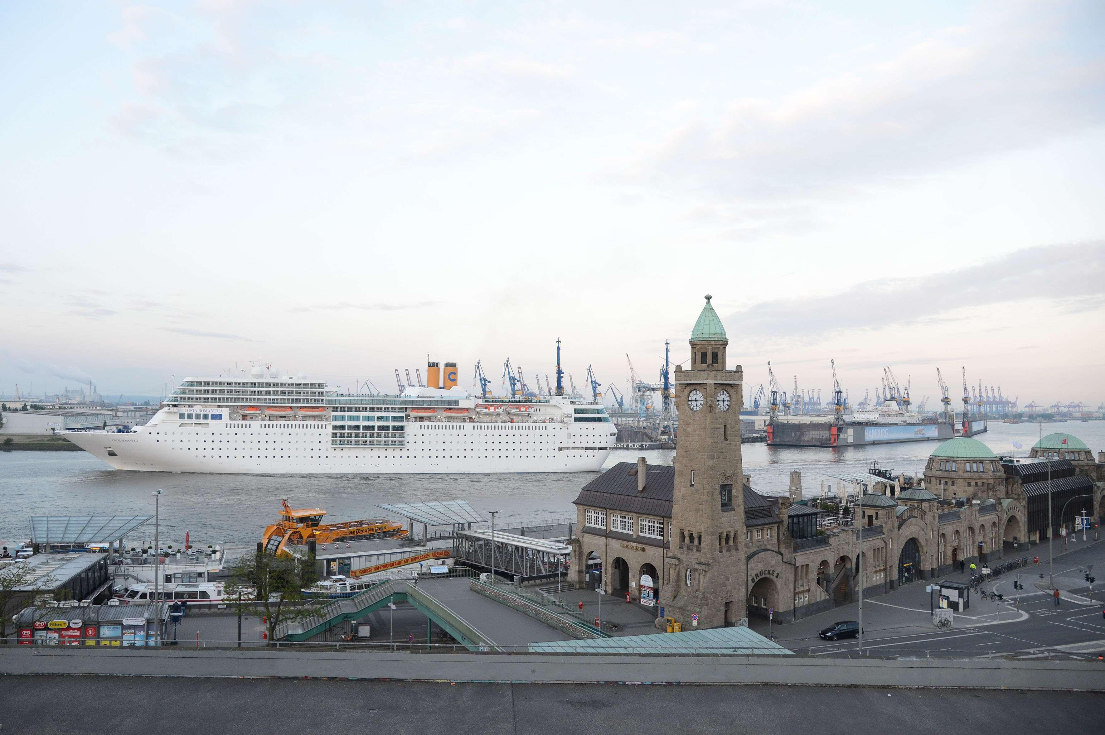 Hamburg, der 20. Mai 2015 morgens um 5.45 Uhr fährt die Costa neoRomantica in den Hamburger Hafen ein. Vorbei an den Hamburger Landungsbrücken. © Costa Kreuzfahrten