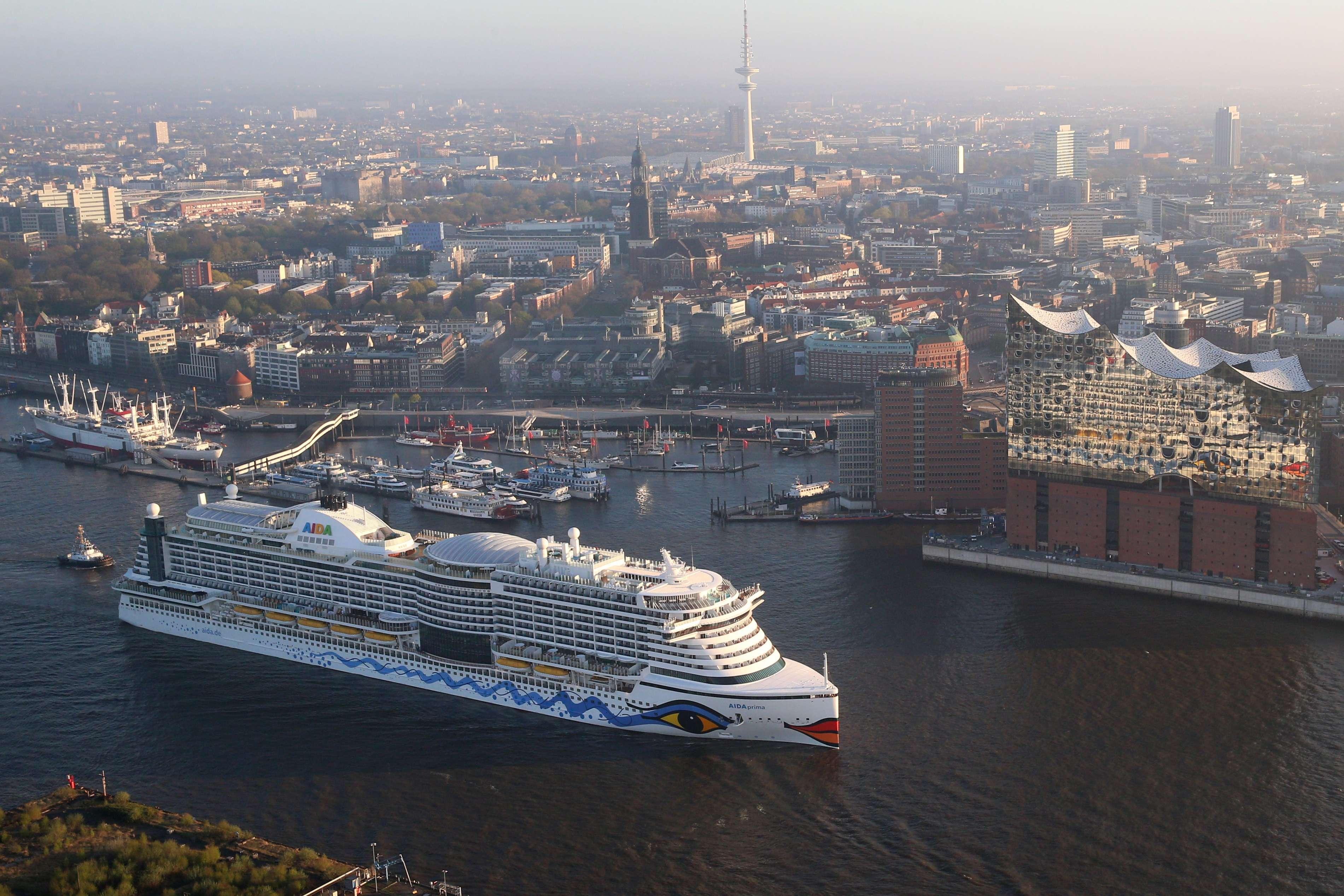 AIDA Cruises laeuft erstmals in Hamburger Hafen ein